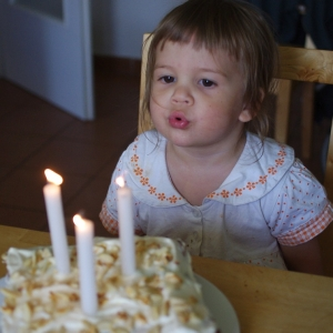 Ester má narozeniny.