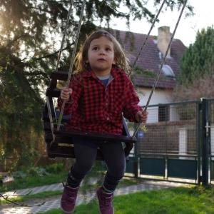 Ester na houpačce.