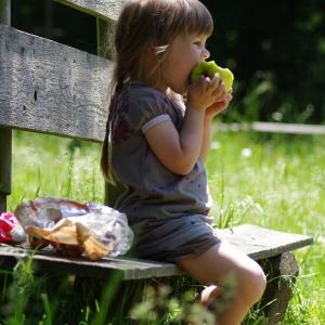 Dáma s jablkem.