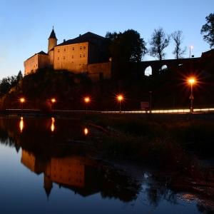 Ledečský hrad večer i s odrazem.