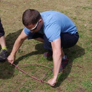 Makak trénuje rybařík.
