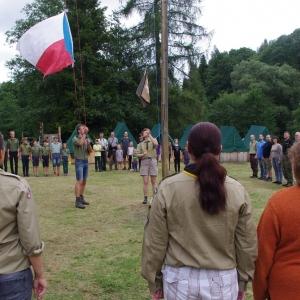 Vztyčování vlajek.