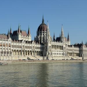 Prohlížíme si parlament z lodi.