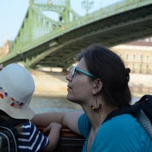 Proplouváme pod mostem.