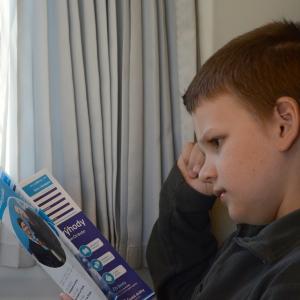 Šimon studuje věstník ČD.