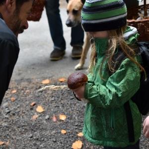 Ester ukazuje panu mykologovi nález.