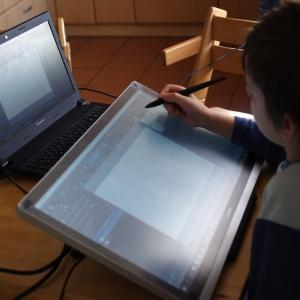 Šimon kreslí na tabletu.