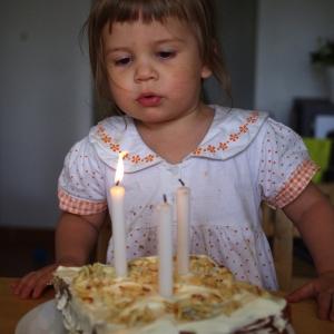 Ester fouká svíčky.
