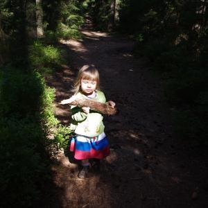 Dívka s polenem, ester.