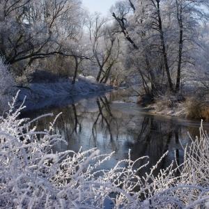 Sázava se schovává za zimní nádherou.