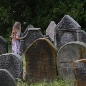 Ester mezi náhrobky, Brandýs.