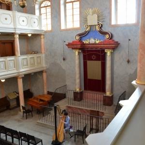 Harfistka cvičí v synagoze Brandýs nad Labem.