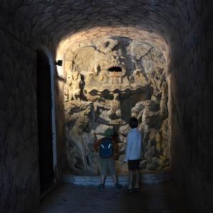 Kluci u podzemní fontány.
