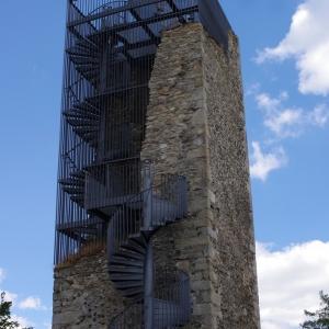 Nádherně řešená rekonstrukce částečně zřícené věže, Orlík.
