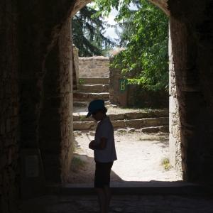 Šimon prohlíží zříceninu Orlík u Humpolce.