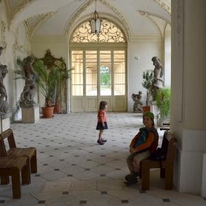 Uvnitř Ploskovického zámku.